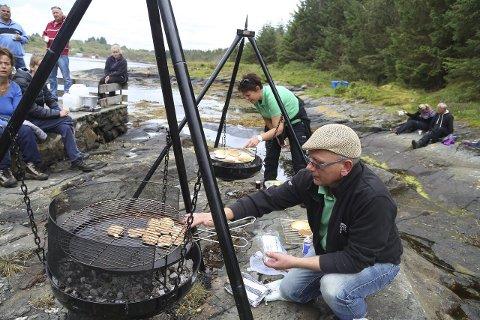 SMAKTE HERLEG: Fiskekaker og sveler fekk bein å gå på i Skageneset. Arild Hagenes og Elin Madell i Keipane kystlag hadde ein solid tørn ved bålpanna.
