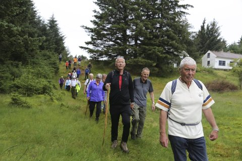 FIN TUR: Søndag gjekk over 60 personar frå Manger til Skageneset. Fremst Harald Jordal i sogelaget, som heldt flott innlegg om flyktningetrafikken og Englandsfarten.