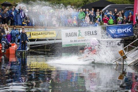 TITS-maskinen: Den barmfagre farkosten «Tits-maskinen» med Jørgen Elvøy og Stian Stokkenes ombord tok andreplassen med 19 sekund.