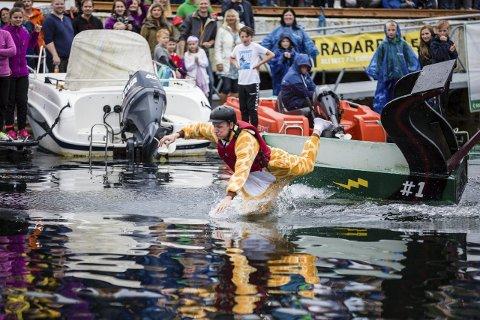 TRØNDERLYNET: Med ein drakt ikkje heilt veleigna for svømming vart det 4.-plass for «Trønderlynet» og Stein-Ola Lund med 25 sekund.