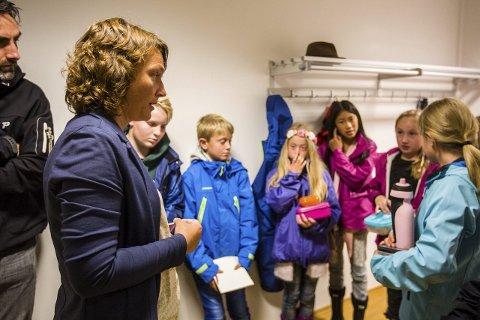 LÆRERIKT: Rektor Irene Hystad Hugaas og elevar frå elevrådet på Grasdal skule var tilhøyrarar under formannskapsmøtet. Elevane fekk eit lærerikt innblikk i korleis lokaldemokratiet utartar seg.