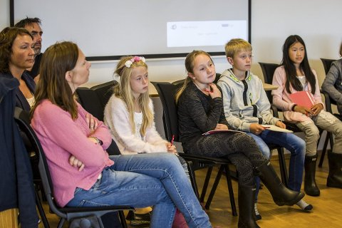 FULLT HUS: Elevar, rektor og lærarar frå Grasdal skule møtte opp på formannskapsmøtet onsdag.