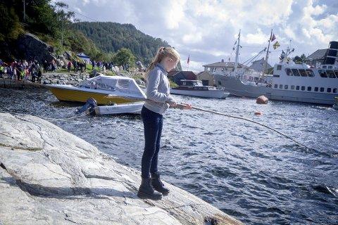 TESTAR FISKELYKKA: Sunniva Brakstad Trå testa fiskelykka frå land på Holmeknappen. ALLE FOTO: YNGVE GAREN SVARDAL