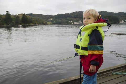 – VIKTIG Å SVEIVA: Storm Viktor Valland (7) fortel at han fenn den største fisken på Barnas fiskedag. – Eg fekk ein veldig høg fisk. Det er viktig å sveiva med fiskestonga, for då kjem fisken, seier han.