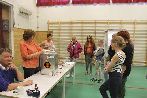 VALOPPLÆRING: 9. og 10. klasse får valopplæring i stemmelokalet  på Byrknes skule.