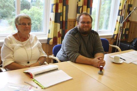 JAMNT SIG: Britt Rebnor og Jostein Hauge passar kyrkjevalet i kyrkjelydshuset i Austrheim