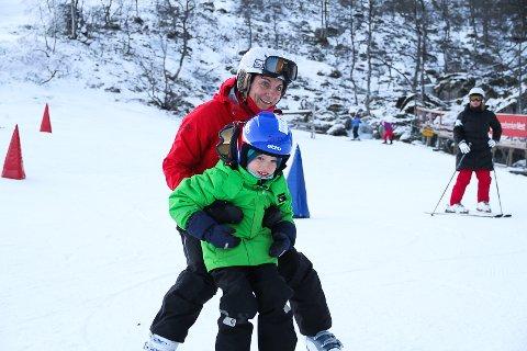 Linda Hantveit hjelper Eirik (7), som står på slalåm for første gong.