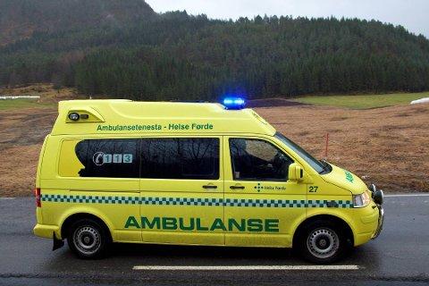 Ein mann i 20-åra vart sendt til legevakt i ambulanse etter ei trafikkulykke på Radøy søndag kveld. Illustrasjonsfoto: Bent Are Iversen, Firda
