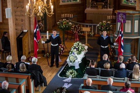 Ved båra stod to representantar for Sjøforsvaret æresvakt med kvart sitt norske flagg.