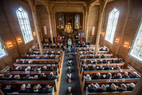 Krigshelten John Pettersen vart gravlagd frå Hordabø kyrkje fredag.