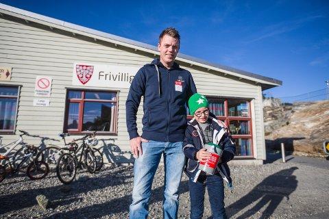 VIL HJELPA: Sebastian Holmås Hopland (6 1/2) og pappa Pål Inge Fosse Hopland går med bøsse for TV-aksjonen.