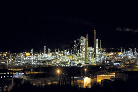 I 2014 skal produksjonen ved Statoil sitt raffineri på Mongstad ha blitt stoppa på grunn av ein tastefeil av ein IT-arbeidar i India. Arkivfoto