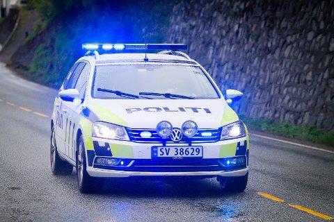 Politiet ferska ein fartssyndar på E39 i Romarheimsdalen fredag ettermiddag. Mannen i 50-åra mista førarkortet etter å ha køyrt i 105 km/t i 80-sona og nådd åtte prikkar i førarkortet. Arkivfoto