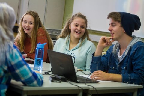 Emilie Lundal Gjerd, Maren Kristin Dae  og Simeon Kalnes Dencker var med på vinnarlaget i konkurransen.