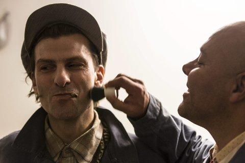 ANDRE BOLLAR: Salamon i bua (Cato Jensen) og Ananias Havrenakken (Claus Sellevoll) får ein siste finpuss før premieren på «Singel og Sand – det skal bli andre bollar når papen kjem heim» torsdag kveld.