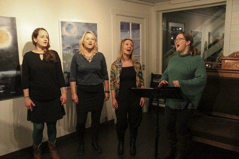 SONG: Ladies in tune framførte to songar på utstillinga si offisielle opning.