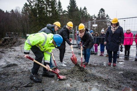 FØRSTE SPADETAK: Representantar frå entreprenøren, skulen og kommunen tok tirsdag det første spadetaket for å markera byggestarten av Storstova.