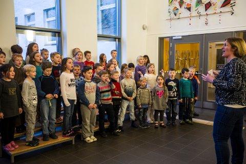 SONG: 1. og 2. klasse på Leiknes skule song under markeringa tirsdag.