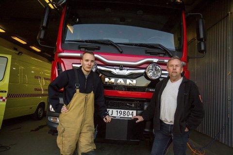STOLTE: Anders Birkeland og Finn Frantzen er godt nøgde med at dei endeleg har fått ny brannbil på Radøy. No håpar dei og at dei får bytt ut den gule med ein mindre.