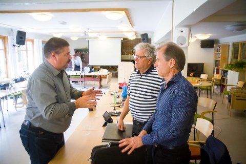 Ståle Hauge (Ap), Karl Vågstøl (H) og Olav Magnus Steinsland (H) i ivrig diskusjon.