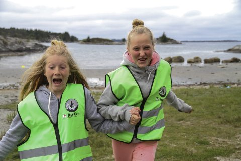 GØY PÅ TUR: Cathrine Høgquist (13) og Rebekka Pedersen hadde det kjekt på tur i Årvikane saman med RØFF-gruppa i helga.