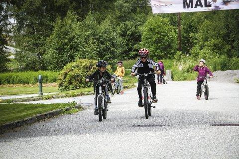 Frå telt til sykkel: Tobias Og Niklas Møvik drog på sykkelløpet etter å ha overnatta i telt i hagen heime. Den store gulrota var førstepremien i rennet.