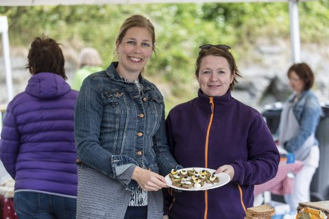 Smaksprøver: Tina Foseide Toklum og Silje Kallestad Stople serverer smaksprøver av kortreiste vaktelegg på marknaden under verdas lengste lokalmatbord på Lindås i helga. ALLE FOTO: Morten Sæle