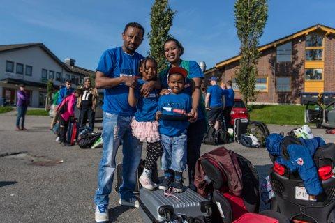 TIL TOPPS: Samuel Kebede og kona Salam tar med seg borna Abenezer og Abigail til Lom og årets Til topps-arrangement.