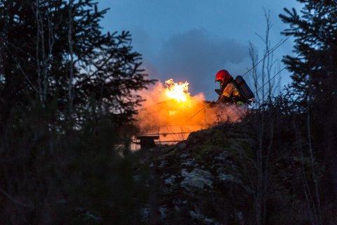 FULL FYR: Dette bilder er frå då ein einebustad i Meland tok til å brenna i februar.