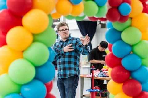 Dette er berre starten. Dei neste to vekene skal Knarvik senter fyllast med 10 000 ballongar. Torkel Kvinge Tande frå Masfjorden står bak. Foto: Morten Sæle