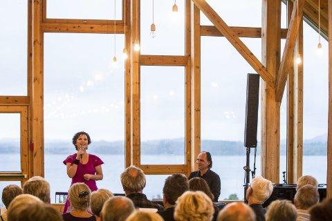 VED FJORDEN: Lyngheisenteret er ei flott ramme rundt konserten med Veslemøy Solberg og Sven Ohrvik, som varma publikum med vakker song i kontrast til ruskevêret utanfor.