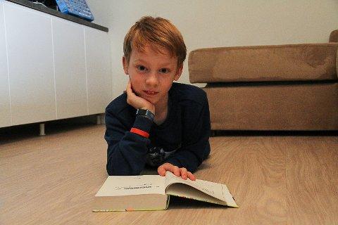 IMPONERANDE: Sander Gausvik Heskestad (8) las 10.800 sider i løpet av sommarferien. Det er meir enn alle i heile regionen. – Eg liker å lesa bøker, seier han.