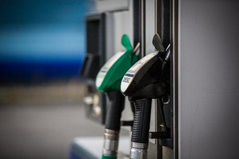 Mykje å spare: På bensin var største differanse mellom dei seks stasjonane berre 9 kroner på 50 liter same dag. Esso på Frekhaug kjem klart best ut på diesel både fredag og mandag då vi sjekka prisane. Her kan ein spare opp til 95 kroner om ein fyller 50 liter på tanken.