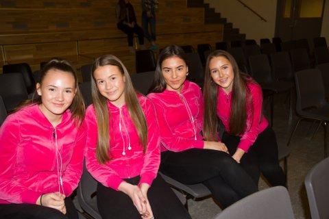 ELEVAR: Isabella Gravdal (frå venstre), Nathalie Sakslo, Emma Hodneland og Karianne Hellesøy går i klasse 9C og 9B på Knarvik ungdomsskule, og syntes det var interessant å høyre om livet til ein båtflyktning.