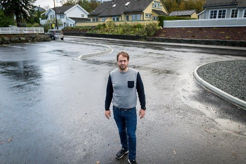HAR KLAGA: Jarle Hvidsten har klaga på trafikktryggleiken i Mjåtveitvegen etter kommunen byrja å bygga parkeringsplass. No kan det vera deira klager er vorte høyrd.