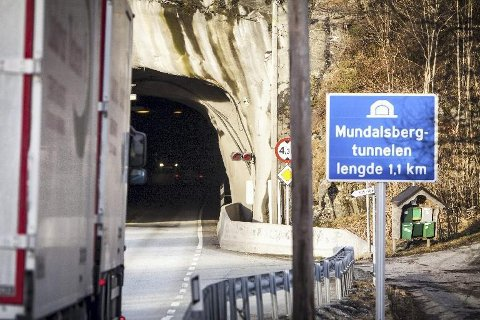 Mundalsbergtunnelen mellom Knarvik og Oppedal stengte onsdag morgon grunna eit MC-uhell. Den 16 år gamle føraren blei frakta til sjukehus.