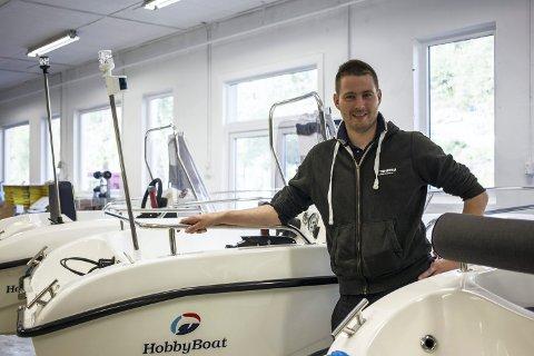 I båtdelen av bedrifta sel dei alt frå Askeladden, Beneteau og sitt eiga merke Hobby Boat, til bruktbåtar. Spesielt salet av eit produkt har dei merka at går godt denne våren.