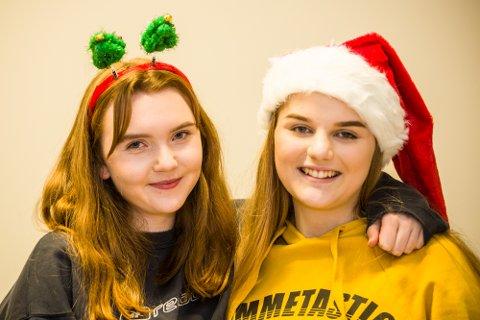 Synne og Amalie i Nh Ung ønsker lykke til med dagens quiz-spørsmål!