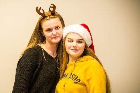 Sunniva og Amalie i Nh Ung ønsker lykke til med dagens quiz-spørsmål!