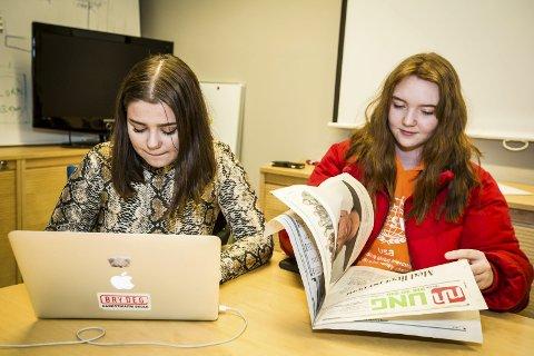 Engasjerte: Ung-journalistane Silje Vassdal og Synne P. Syslak skriv både reportasjar og kommentarar.