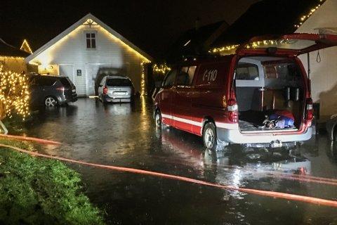 Dei enorme nedbørsmengdene 20. og 21. desember førte til at det samla seg store mengder vatn i Holtermandsvegen på Frekhaug. Kristin Brakstad Traa takkar brannvesenet for at dei redda husa deira til jul.