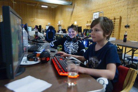 Even (11) og Max-André Molvik (8) var blant dei yngste på Errors dataparty romjula 2017 i Meland Aktiv.
