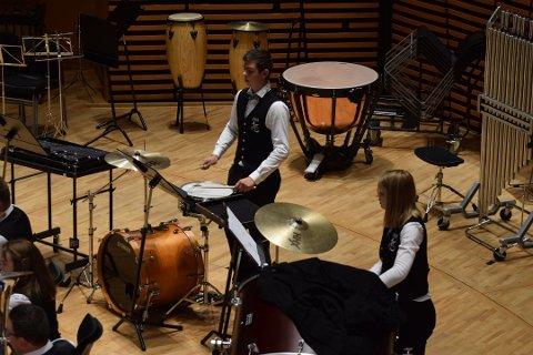 Sandre Gjerde (17) spelar slagverk i både Knarvik skulekorps og Oster Brass.