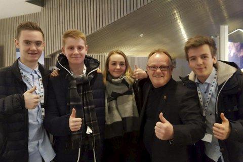 Møtte Austrheim-elevar: Fiskeriminister Per Sandberg (Frp) fekk møte elevar frå Austrheim vidaregåande skule under den nasjonale sjømatkonkurransen i Stjørdal. Daniel Frantzen (16), Henrik Fonnes (17), Emilie Gjerde (16) og Simeon Dencker (17) representerte laget frå Austrheim Vgs.