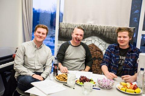 Medlemmane i fagpanelet under årets UKM i Nordhordland. Frå venstre: Eivind Lervik, Rolf Raknes og Mats Skjerve. Marta Rostecka sat også i panelet, men måtte gå før bildet vart teke.