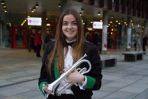 FRÅ ENGLAND TIL MANGER: Laura Conway (19) speler i  Manger Musikklag i år. – Det er heilt utruleg! Det er hard jobb med mykje øving, men ein får igjen så mykje!