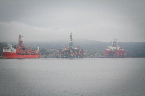 Båtar og plattformer i opplag i Skipavika. Songa Trym. West Navigator.