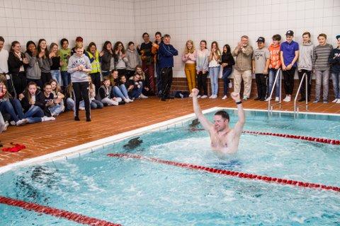 6. klasse på Eikanger skule ønsker seg symjehall i Knarvik. Bildet er frå bassengopninga på Rossland i 2017.