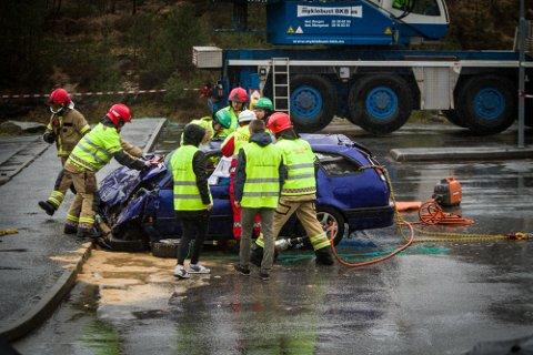 FATALT: Sjåføren vart drepen i denne ulukka medan passasjeren vart alvorleg skada. Heldigvis var det berre ein demonstrasjon for å åtvara russen.