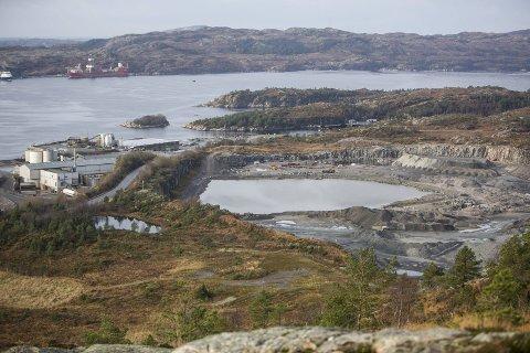 Anlegget i Sløvåg hentar ut den harde steinsorten gneis, som mellom anna vert nytta til fundamentering for vegar, jernbaneliner og røyrleidningar offshore.